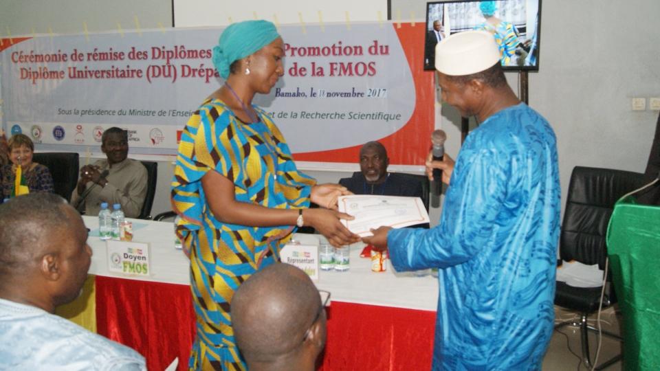 2/3 - Remise de diplôme à un des participants de la session