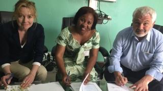 Signature de la convention par Mme Béatrice Garrette - Fondation Pierre Fabre, Dr Christine Amici – directrice de l'hôpital Panzi (Fondation Panzi Rdc) et Mr Jean Pierre Massias – Président de l'Institut Universitaire Varenne