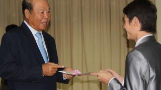 Monsieur le Ministre de la Santé remet le diplôme de Master 2 aux étudiants cambodgiens de la première promotion