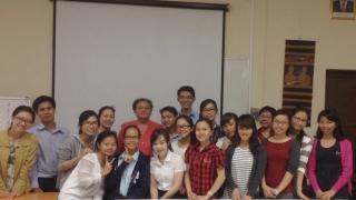 M-C. Lallemand, enseignante du Master Mekong Pharma à la Faculté de Pharmacie Paris Descartes, Dr. S. Niradsay, enseignante à l'Université des Sciences de la Santé du Laos, et les 17 étudiants du Master Mekong Pharma.