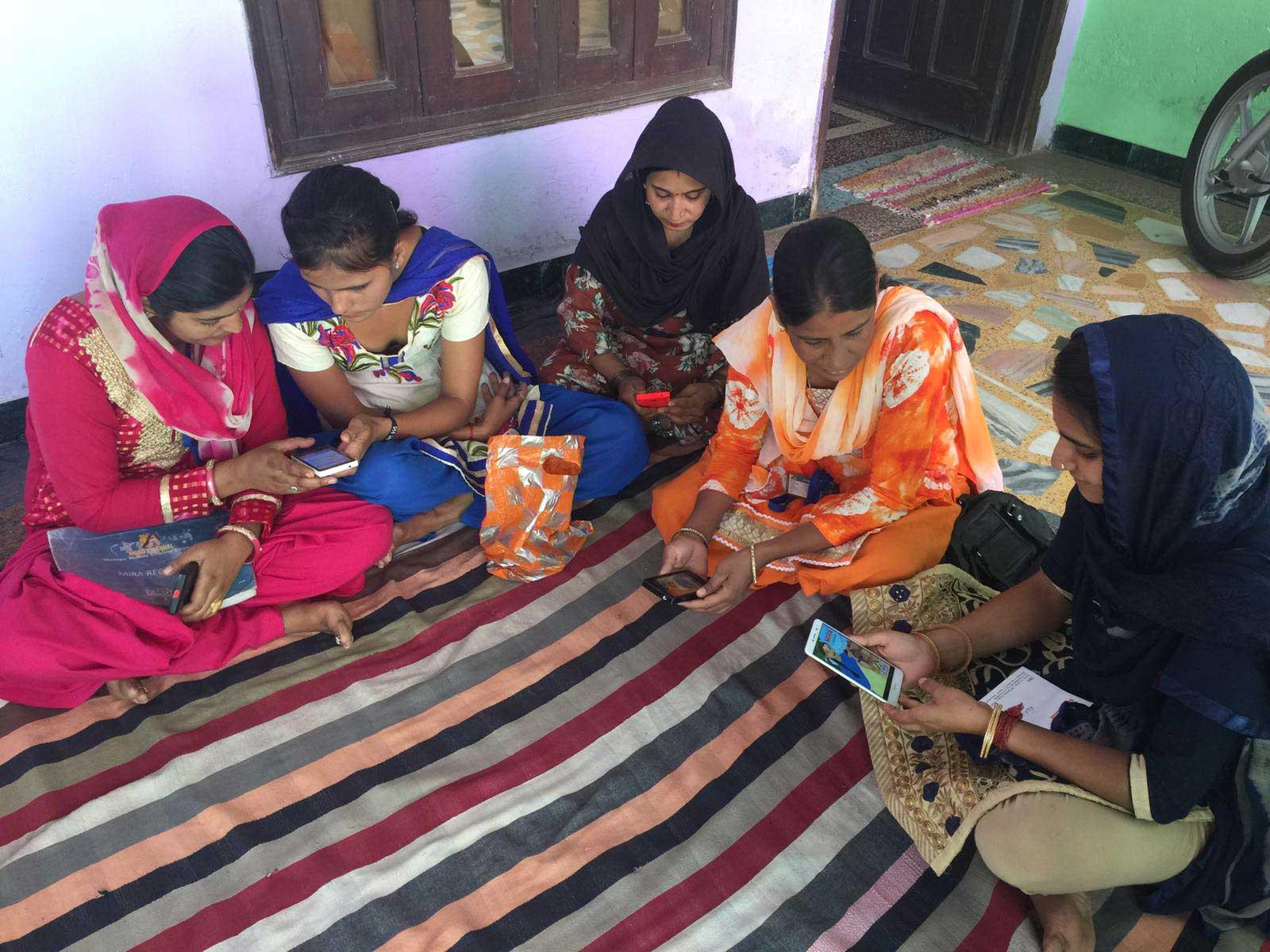 Femmes connectées à Mira Channel, application de santé maternelle et infantile, Inde