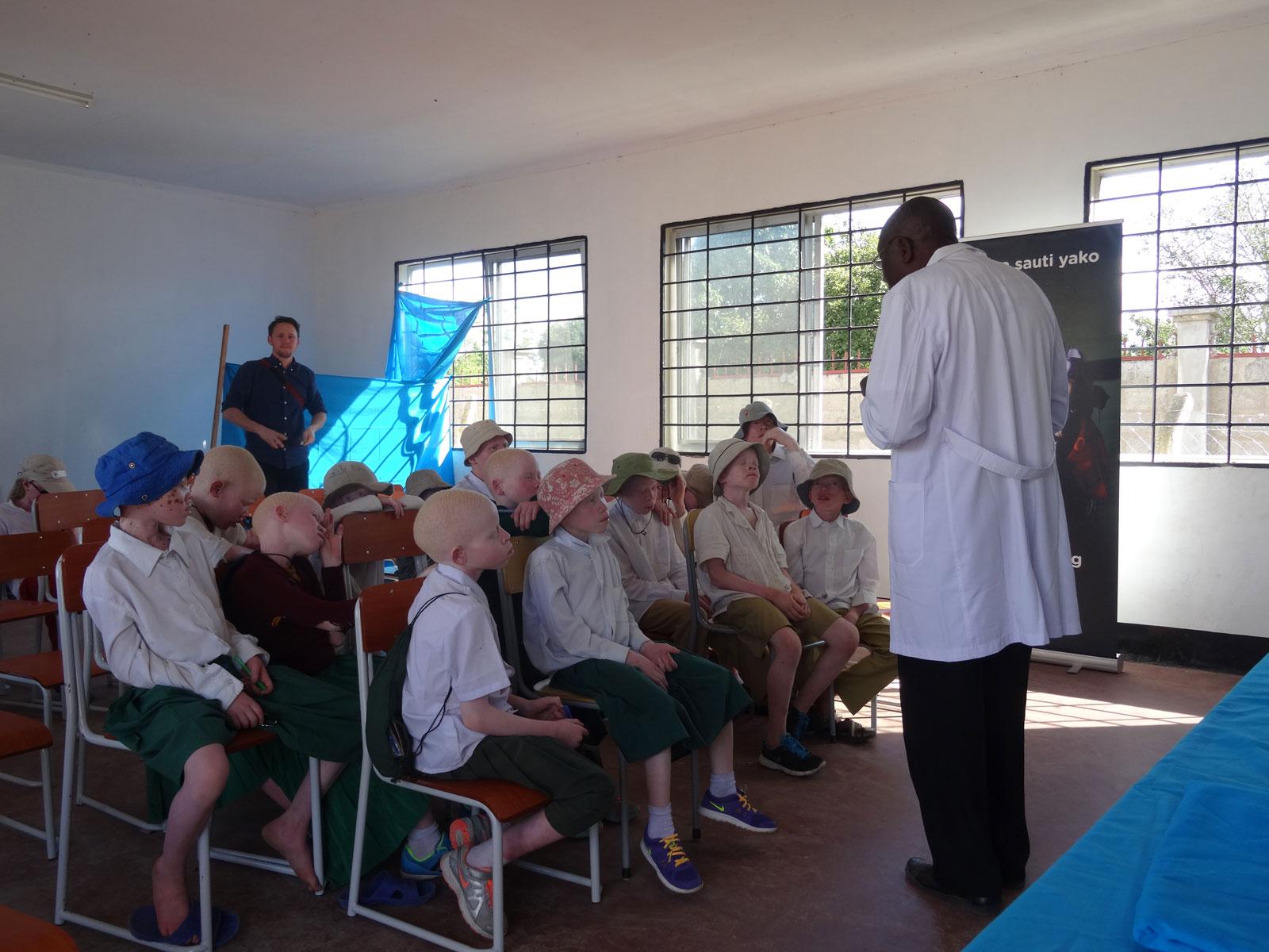 Sensibilisation d'enfants atteints d'albinisme en Tanzanie par l'ONG Standing Voice